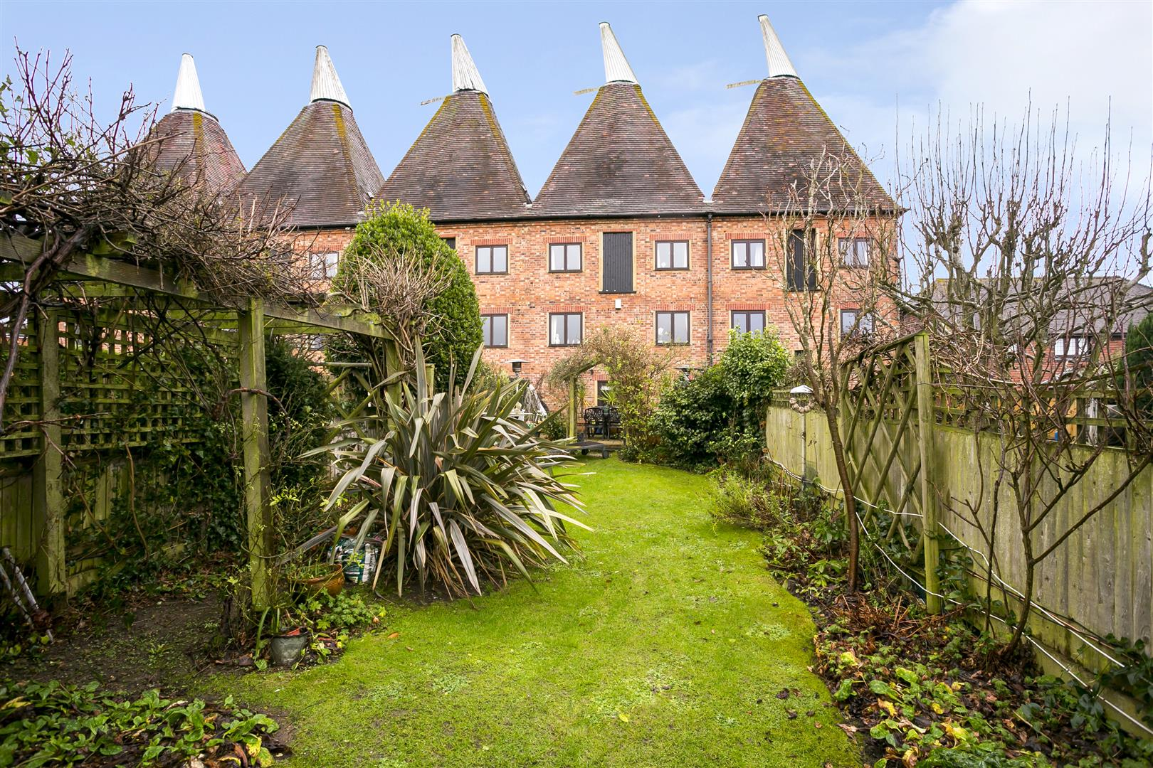 4 Bedrooms Terraced House for sale in Oast Court, Yalding, Maidstone